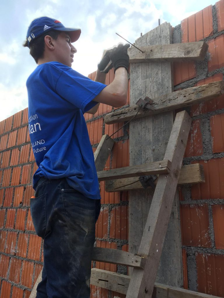 bouw muur zorgcentrum weduwen Srebrenica