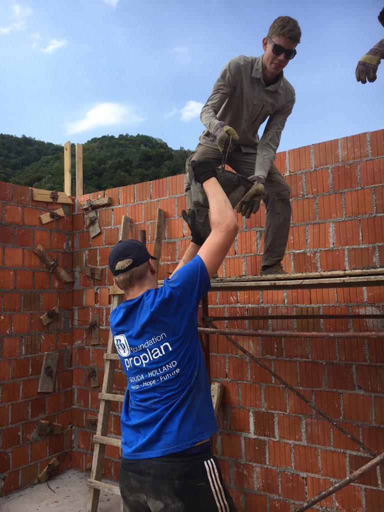 jongeren bouwen muur zorgcentrum Srebrenica