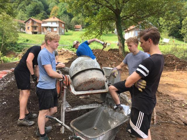 jongeren malen beton zorgcentrum Srebrenica
